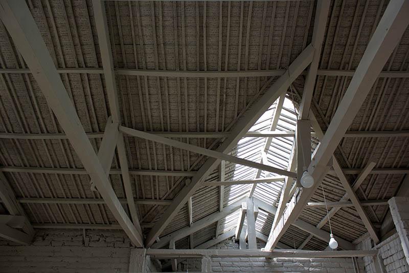 arquitectura-rehabilitación -de-un-establo-ecuador_al borde_imagen de tragaluz cubierta