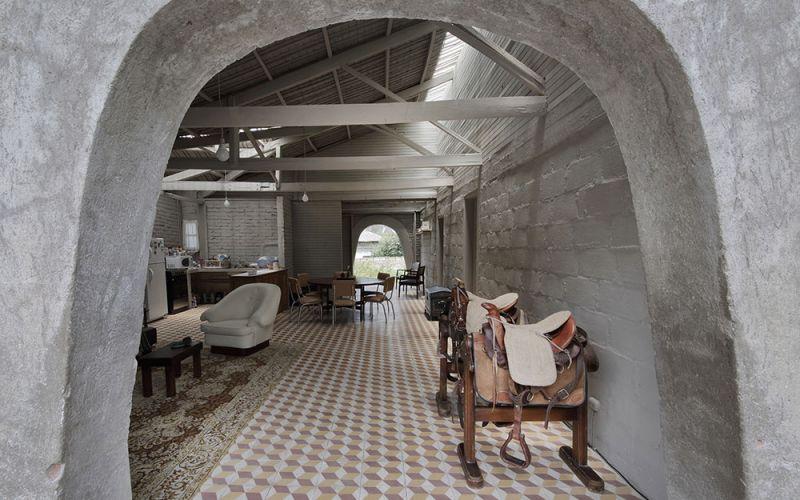 arquitectura-rehabilitación -de-un-establo-ecuador_al borde_interior vision de pavimento