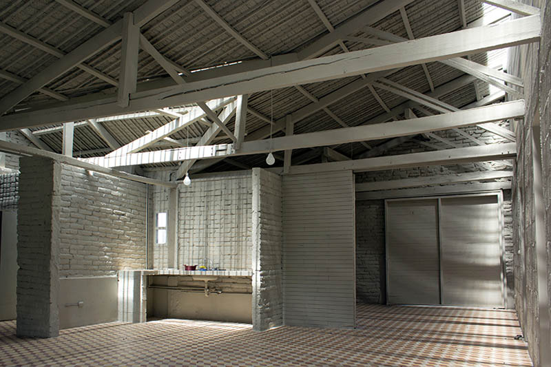 arquitectura-rehabilitación -de-un-establo-ecuador_al borde_ cubierta y suelos rehabilitados