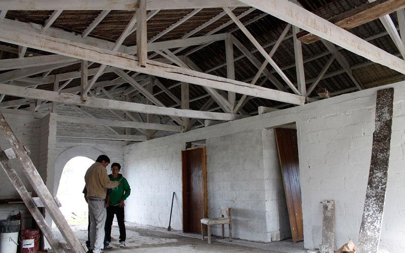 arquitectura-rehabilitación -de-un-establo-ecuador_al borde_ interior pintado