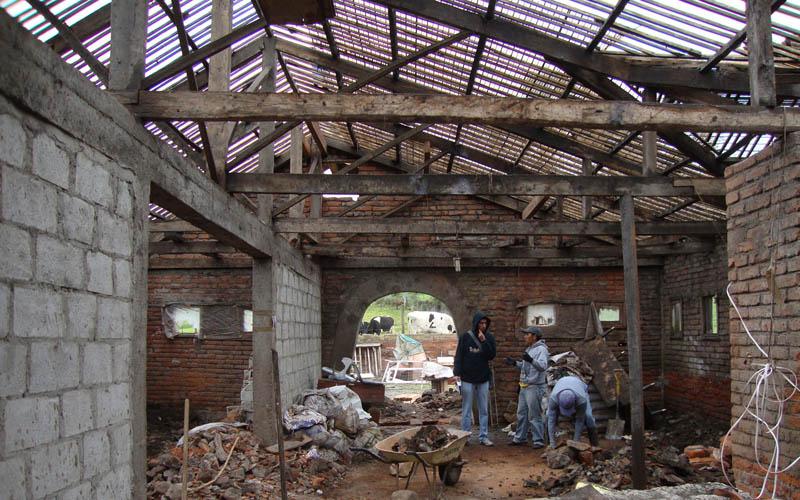 arquitectura-rehabilitación -de-un-establo-ecuador_al borde_ interior en obra