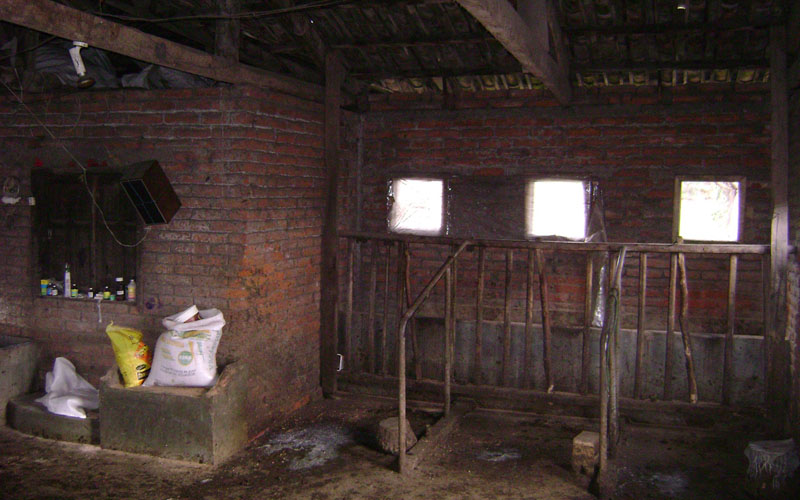 arquitectura-rehabilitación -de-un-establo-ecuador_al borde_imagen interior antes rehabilitacion