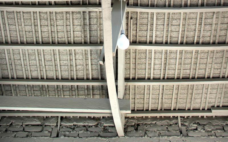 arquitectura-rehabilitación -de-un-establo-ecuador_al borde_ vista interior cubierta restaurada