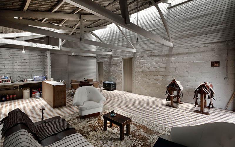 arquitectura-rehabilitación -de-un-establo-ecuador_al borde_zona estar comedor