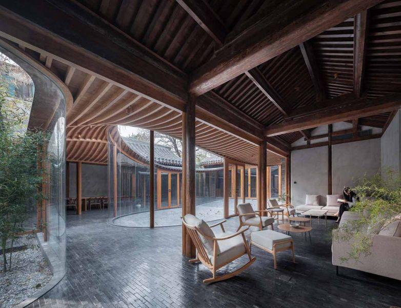 Estancias interiores delimitadas por la transparencia del patio