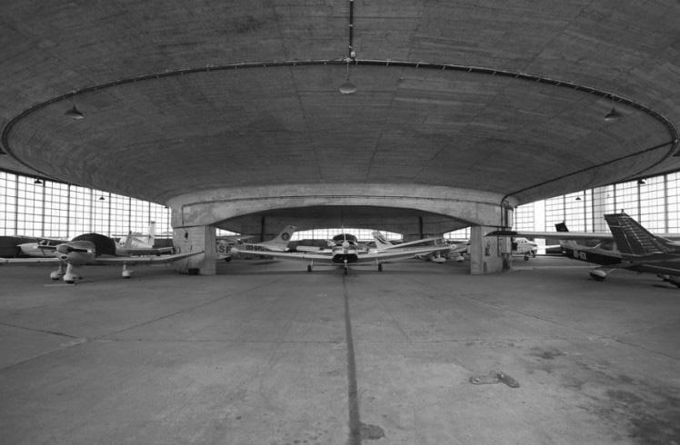 Two hangars in Grimbergen de Alfred Hardy. Fotografía de maarten CC by 2.01