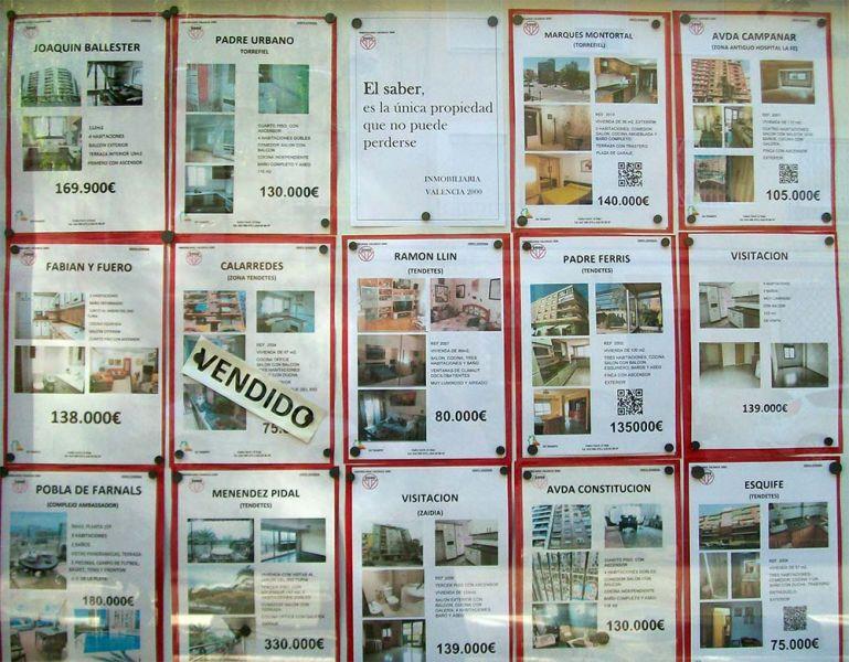 FIG. 7: Panel de anuncios de venta y alquiler de viviendas en una inmobiliaria