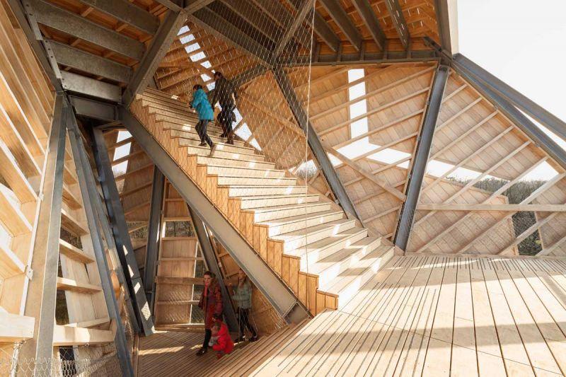torre pompejus de accoya foto escaleras