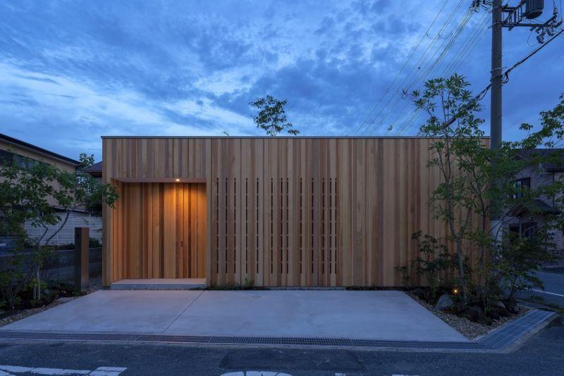 arquitectura_casa en Akashi_Arbol_acceso nocturno