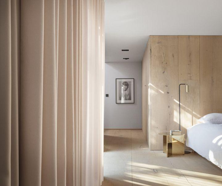 Arquitectura_Casa para Peter Krasilnikoff_paneles de madera en habitación