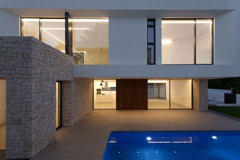arquitectura casa wedge antonio altarriba CHE fotografía de Diego Opazo exterior frontal alzado piscina nocturna