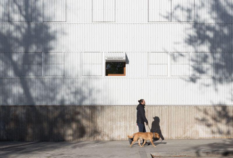 arquitectura Adelfas 98 Ruiz-Larrrea Asociados Entrevistas Arquitectura y Empresa Foto detalle fachada calle