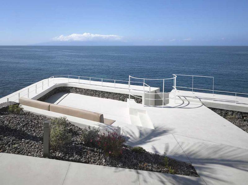 Corona amaral arquitectura ciclo de entrevistas arquitecturayempresa villa playa de la arena foto barandilla mar