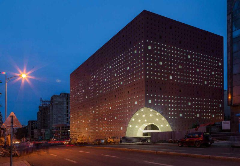 ciclo de entrevistas exclusicas de arquitecturayempresa xavier vilalta arquitectura lideta mercato fotografia fachada acceso noche