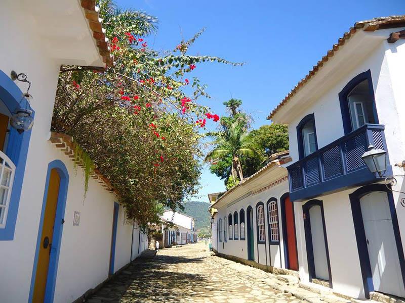 Arquitectura colonial_Paraty_Brasil_ vista de casa y flores