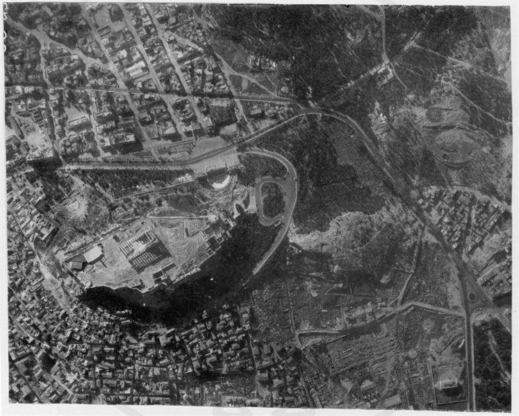 Fotografía Aérea del área de la Acrópolis antes de la intervención de Pikionis, 1953. Imagen: Benaki Museum