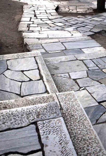 Piedras del camino hacia la Acrópolis. Imagen: Mayte Piera