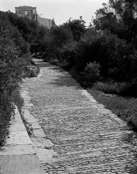 Camino de acceso a la Acrópolis con el Partenón al fondo. Imagen: Helene Binet