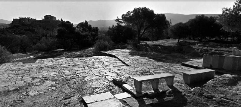 Pie de imagen: camino de Filopapos con la acrópolis al fondo. Imagen: googlemaps