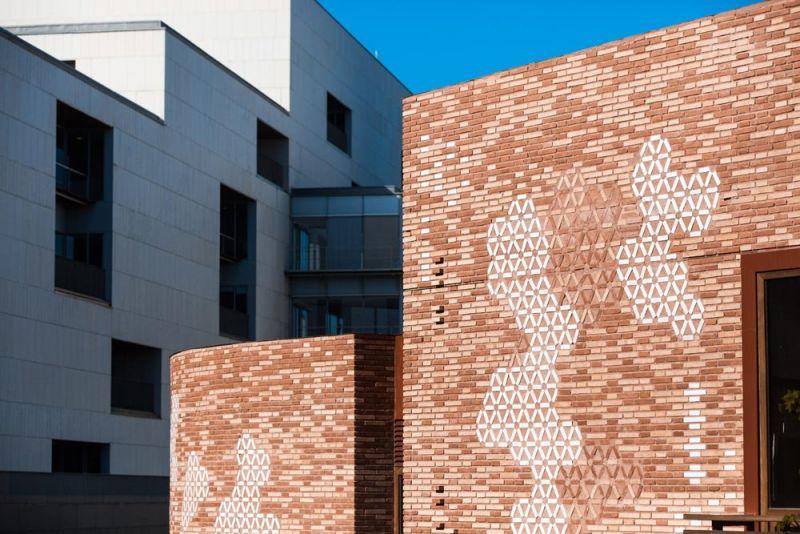 arquitectura pabellon kalida embt arquitectos detalle fachada ladrillo