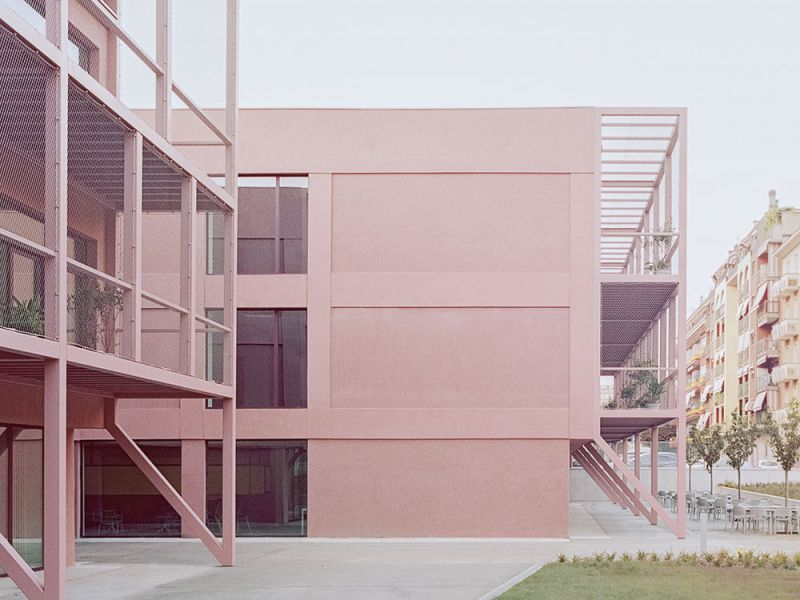Imagen del exterior del edificio con la nueva piel rosa