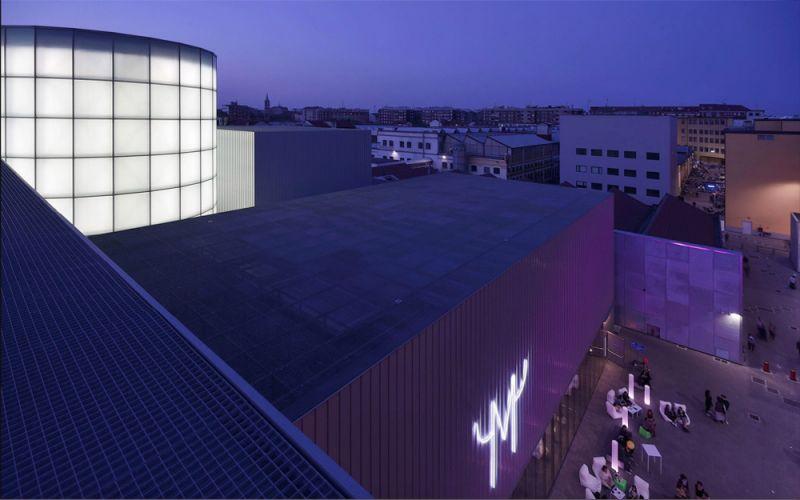 vista exterior del edificio con contexto industrial.