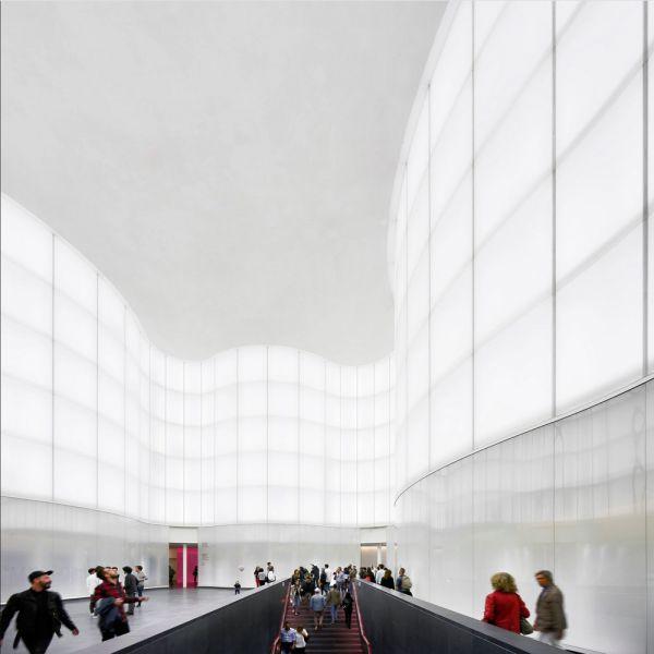 vista del atrio interno, hall del museo. Imagen VERTICAL
