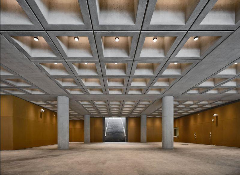 vista interior ingreso museo y escalera al fondo y gran forjado reticular