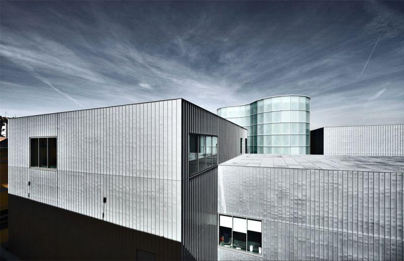 vista exterior de los volúmenes del edificio revestidos en zinc-titanio
