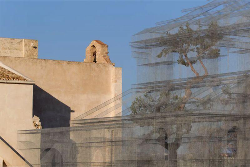 Imagen de la estructura metálica y la iglesia medieval