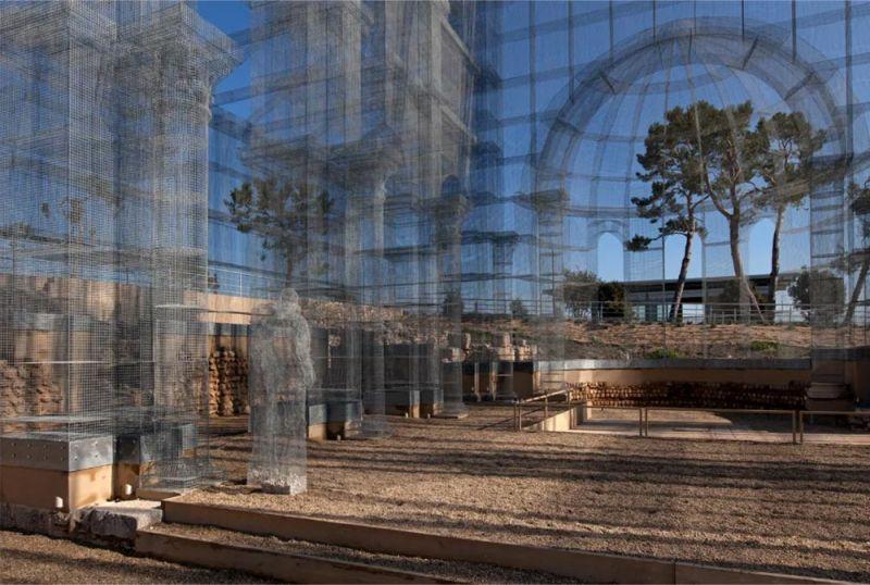 Imagen de la estructura metálica que reconstruye la basílica paleocristiana