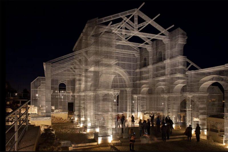 Imagen nocturna de la estructura metálica