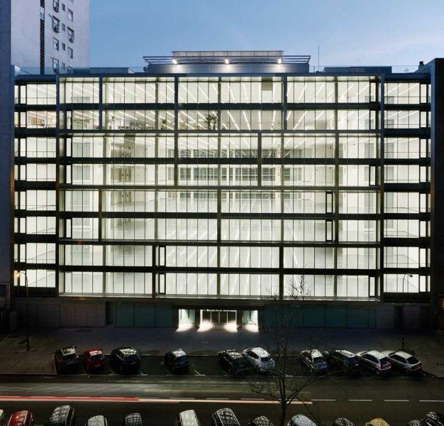 arquitectura estudio lamela arquitectos discovery building exterior nocturna