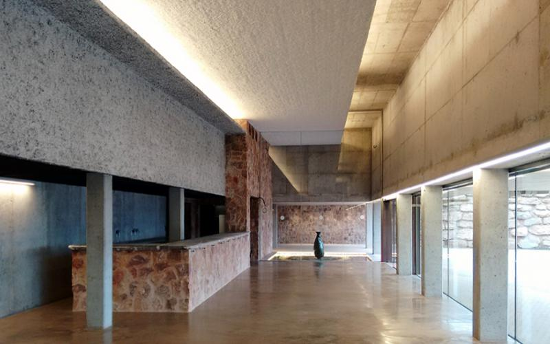 arquitectura fortaleza Sant Julia de Ramis de Fuses Viader Arquitectes fotografía interior vestibulo