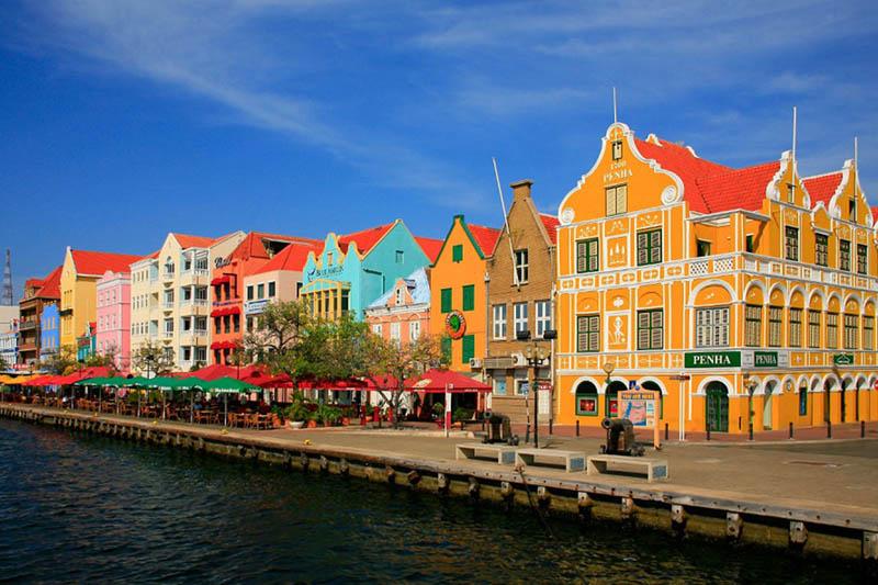 arquitectura holandesa en el caribe_vista fachadas colores pastel