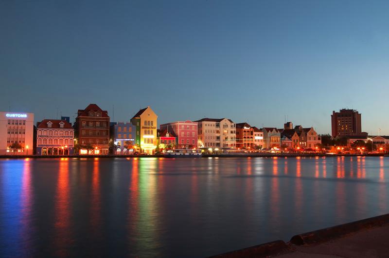 arquitectura holandesa en el caribe_ vista atardeciendo de fachadas