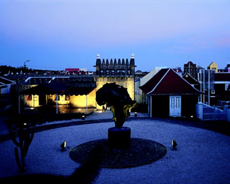 arquitectura holandesa en el caribe_ Museo Kura Hulanda_ vista nocturna
