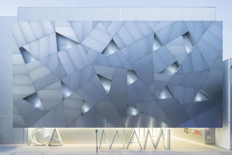 Arquitectura_ICA_Miami_ fachada sur iluminada