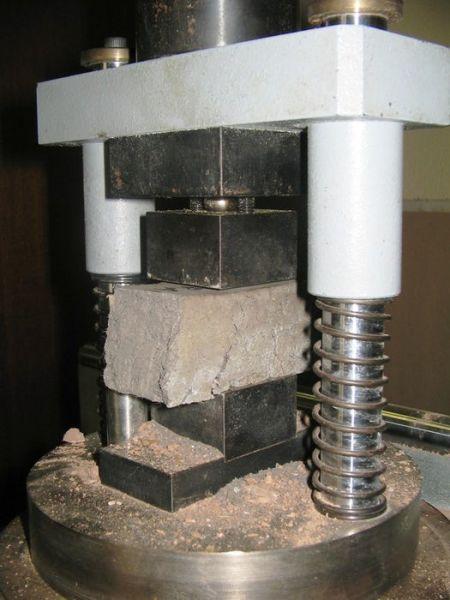 arquitectura_ladrillos con lana y algas_pruebas de compresión_carmen galán y carlos rivera