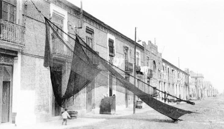 Fachada de las viviendas con las redes de pesca