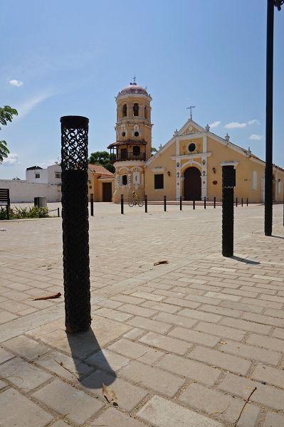 Mompox_ plaza santa barbara bolardos
