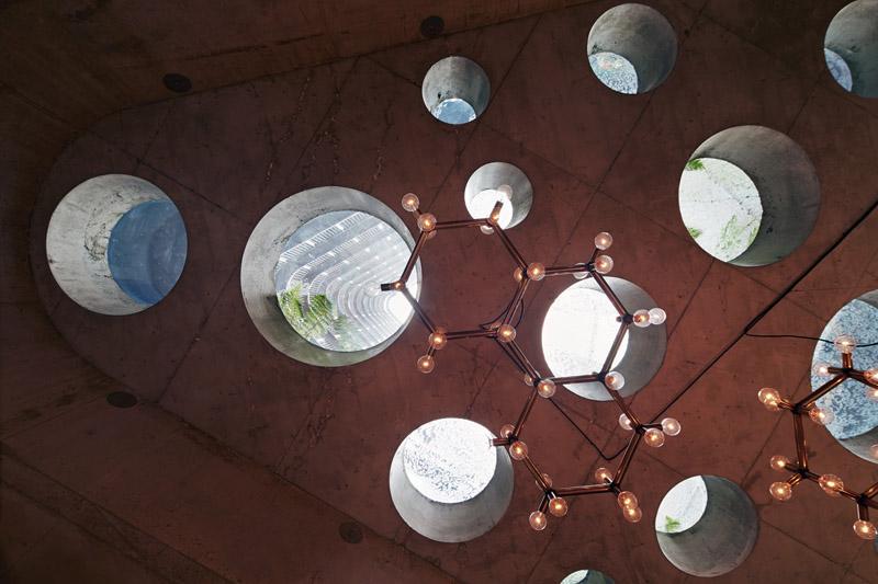 Arquitectura_ Nishi Commercial lobby Hotel_ perforaciones techo bar