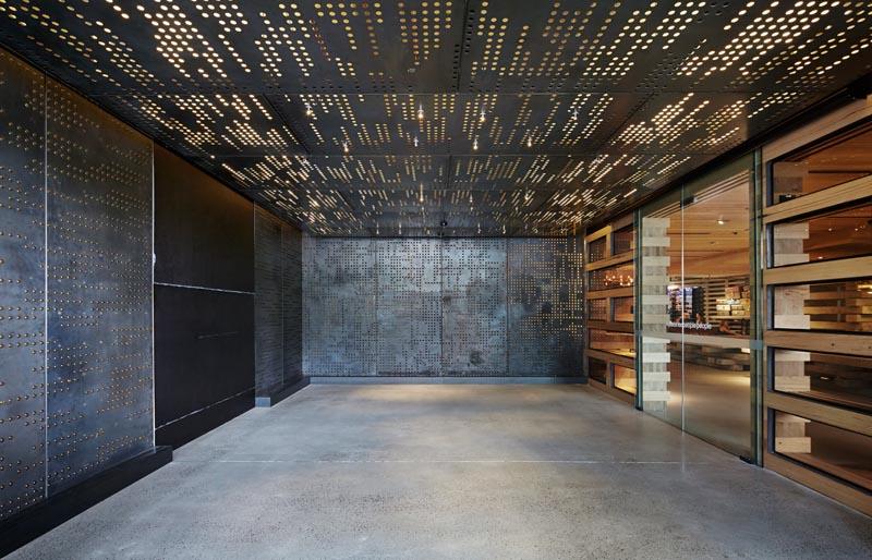 Arquitectura_ Nishi Commercial lobby hotel_ puerta de acero