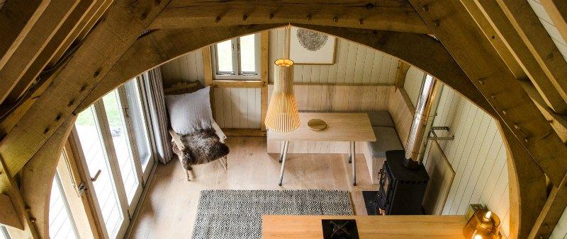 arquitectura, arquitecto, diseño, design, Oak Cabin, Out of the Valley, Inglaterra, cabina, vivienda, refugio, montaña, bosque, sostenible, sostenibilidad, construcción en madera, ecología, ecológico, roble, cedro