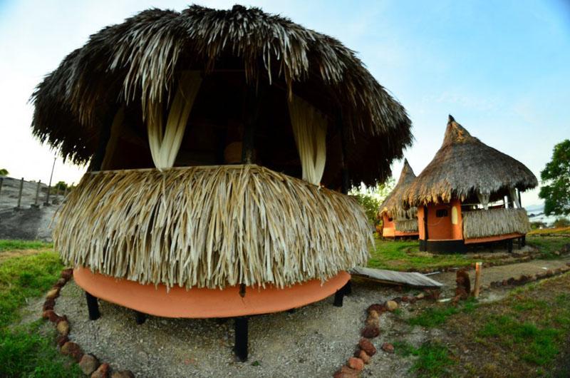 Arquitectura_Orinoquia Lodge _ vista exterior de una cabaña churata