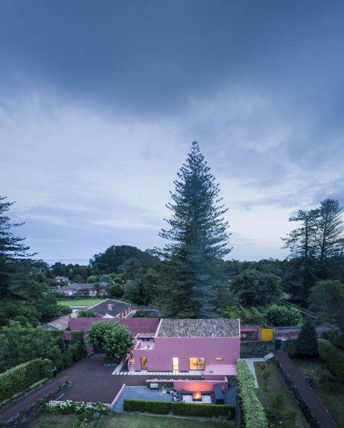 Arquitectura_pink_house_rehabilitación establo_ vista de pájaro de la zona