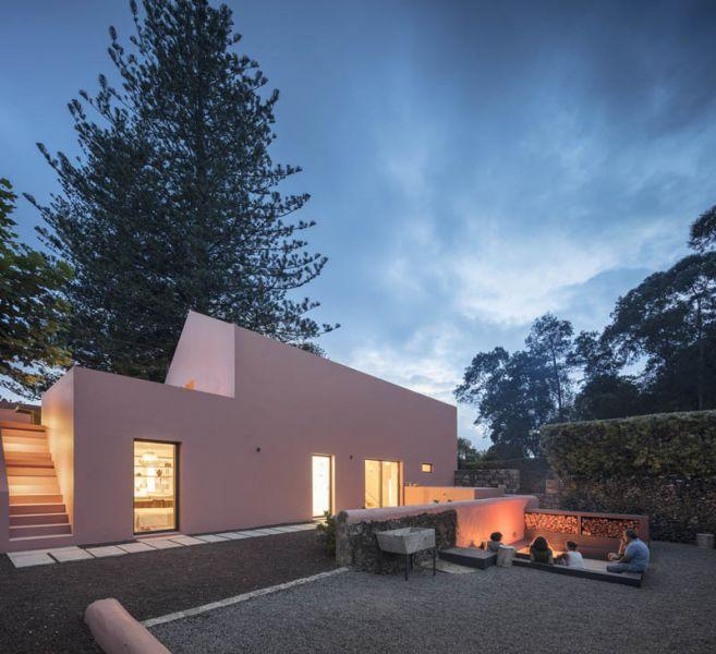 Arquitectura_pink_house_rehabilitacion establo- vista del jardin