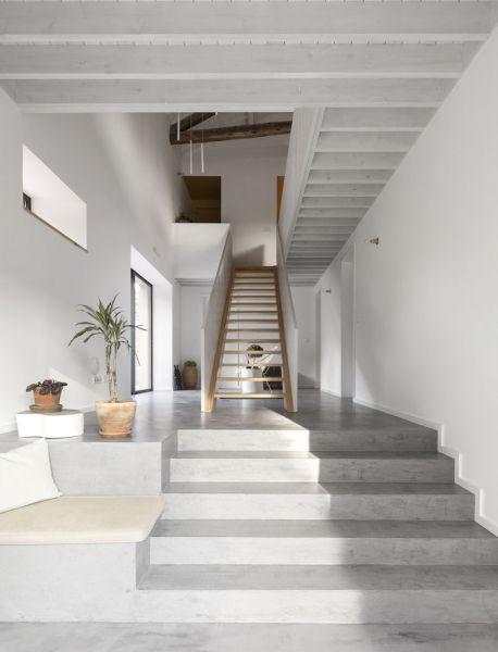 Arquitectura_pink_house_rehabilitacion establo_ imagen escalera interior