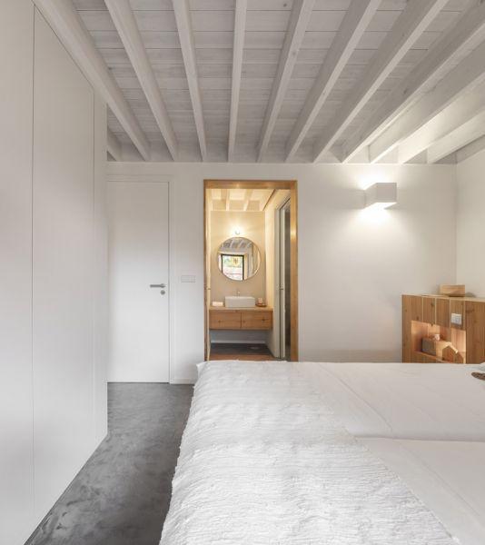 Arquitectura_pink_house_rehabilitacion establo_ interior vigas de madera