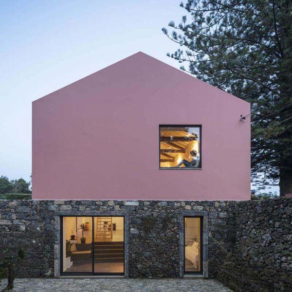 Arquitectura_pink_house_rehabilitacion establo- imagen fachada rosa